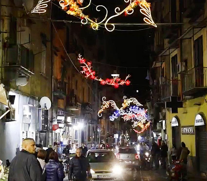 Luci Di Natale A Napoli.A Napoli Natale Di Speranza La Sanita Si Illumina Delle Luci D Artista Nuova Irpinia